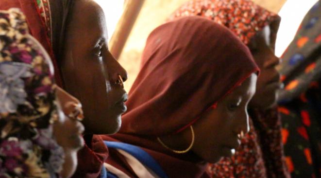 Plusieurs Tchadiennes déplacées, originaires des îles, patientent à la clinique mobile de MSF de Yakoua, près de Bole. © Fabien Offner