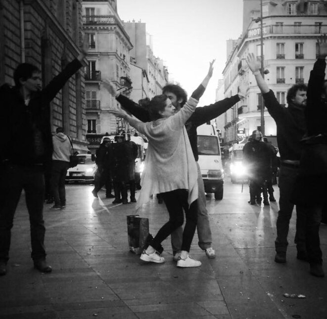 1er mai /// Le cordon pacifiste de Nuit Debout s'interpose entre les forces de l'ordre et certains qui veulent en découdre © Arnaud Contreras