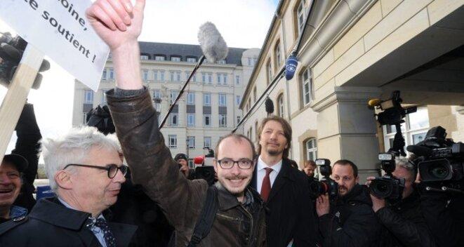 Antoine Deltour devant le tribunal de Luxembourg, le 26 avril, accompagné de ses avocats français William Bourdon et luxembourgeois Philippe Penning.