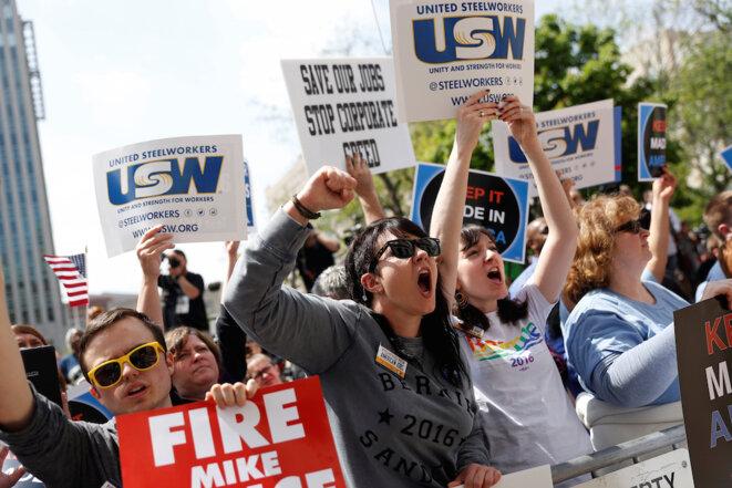 Le 29 avril à Indianapolis (Indiana), des militants syndicaux soutiennent Bernie Sanders. © Reuters