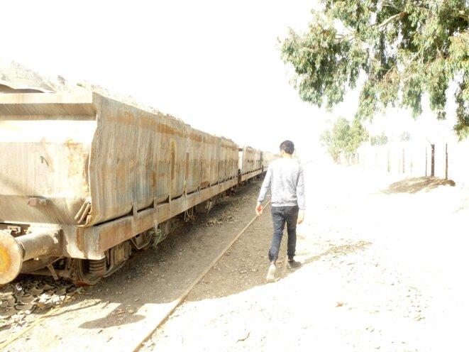 Près de la gare endormie de Redeyef, des wagons de phospahte en attente © jpt