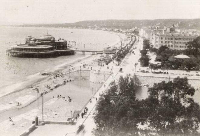 La Jetée-Promenade - milieu 1882 (Jean Giletta phot.) Archives photographiques (Médiathèque du Patrimoine) © Caisse Nationale des Monuments