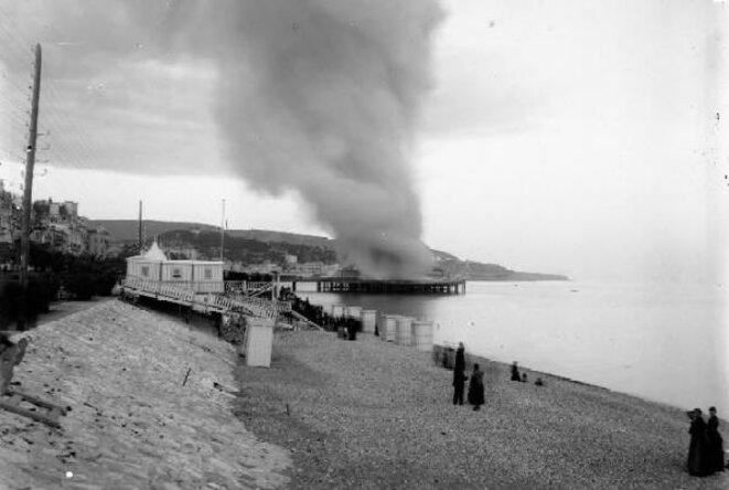 L'incendie de la Jetée-Promenade - 4 avril 1883 17 h 30 (Jean Giletta phot.) Archives photographiques (Médiathèque du Patrimoine) © Caisse Nationale des Monuments