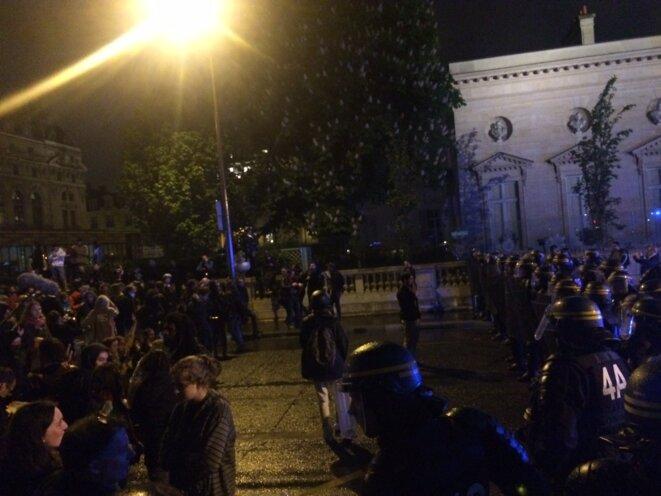 Dispersion du rassemblement devant l'Assemblée nationale. © Karl Laske