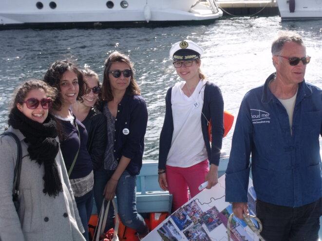 """Elisabeth (casquette). Cette Bavaroise est venue à Marseille grâce à Eurocircle ; à droite, Philippe, le commandant du pointu """"l'Espadon"""", bateau amiral ; à gauche, les passagères italiennes : elles sont étudiantes et bénéficient d'une bourse européenne. © Philippe LEGER"""