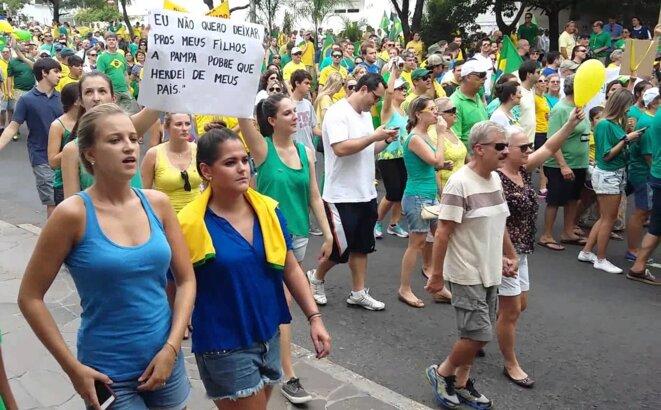 Manifestation de la classe moyenne contre Dilma à Porto Alegre.