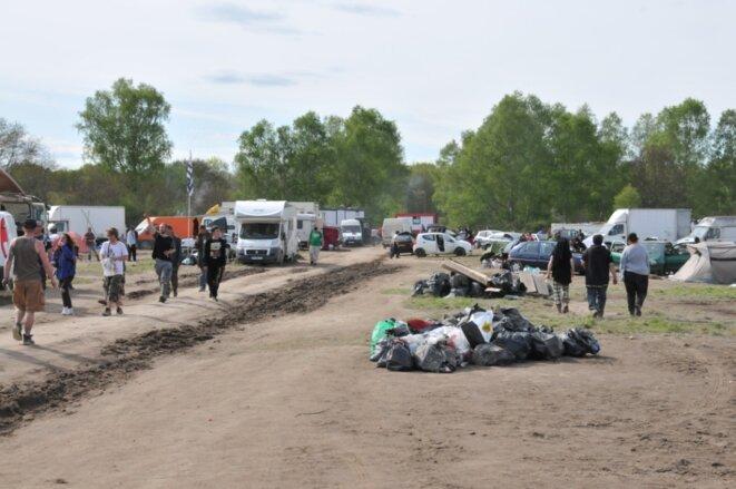 20 camions de 25 tonnes chacun ont emmené les déchets du site choisi par le Teknival à Salbris © F. Sabourin