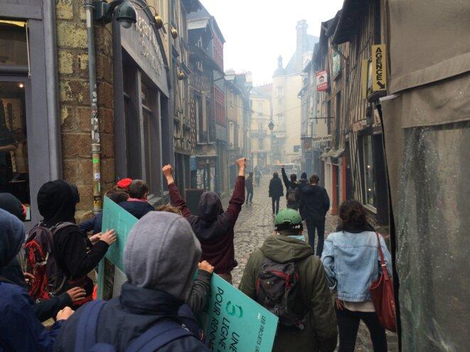 Jeudi, les manifestants repoussent les policiers de la place Sainte-Anne, à Rennes © Kl