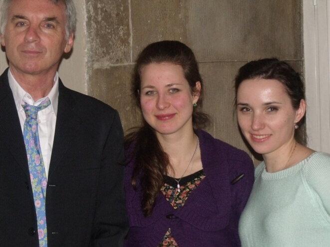 Patrick Fort et deux membres de la communauté estonienne. © Philippe LEGER