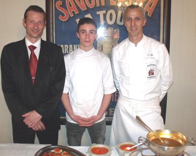 De gauche à droite : MM. Remy CAMPOS, chef de rang, Restaurant Le Miramar ; Valentin SMALL, apprenti, Hôtel Restaurant le Rhul  ; M. Jean-Marie BIZET, chef cuisinier, Hôtel Restaurant Le Rhul. © Philippe LEGER