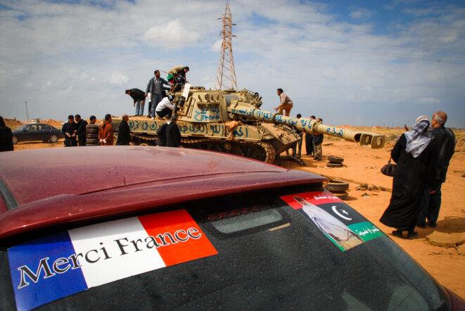 Les restes de la colonne de chars montant sur Benghazi, quelques jours après son bombardement en mars 2011. © Thomas Cantaloube
