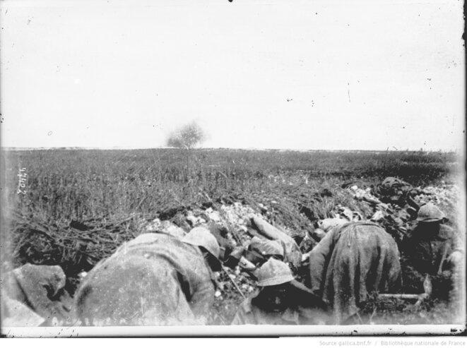 Région de Verdun. Soldats dans une tranchée, 1916. Agence Rol. Source: www.gallica.fr