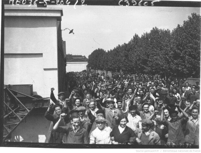 Ouvriers de Renault massés sur le pont de l'île Seguin, juin 1936. Agence Rol. Source: www.gallica.fr