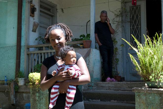 Addis Abeba (Etiopía), marzo de 2016. A su mayoría de edad, Heran Tadesse, adoptada por una pareja holandesa, regresó a Etiopía. © Vicente Defait