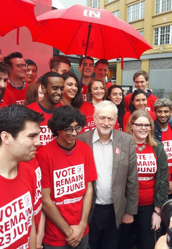 Jeremy Corbyn avec des jeunes travaillistes faisant campagne pour le « Remain » c'est-à-dire en faveur du maintien de la Grande-Bretagne dans l'UE