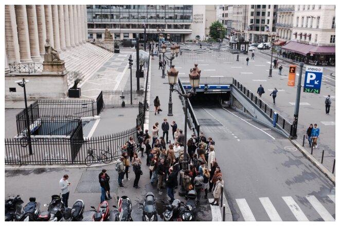 """Lundi 15 heures, place de la Bourse, en face de """"L'Obs"""", pendant le débrayage..."""