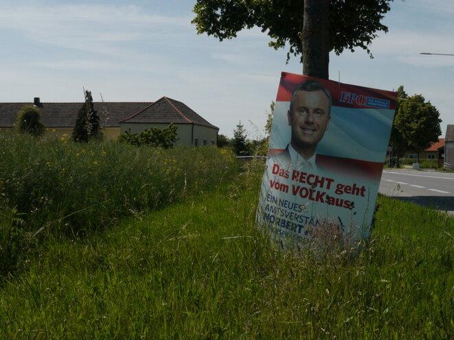 """""""La ley viene de la gente"""", pancarta publicitaria del candidato del FPÖ, Norbert Hofer en la entrada del pueblo de Nickelsdorf. © AP"""