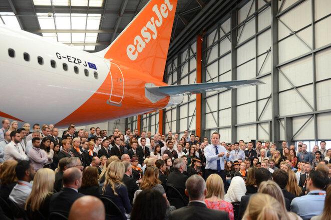David Cameron en campagne, expliquant dans un hangar d'EasyJet que le coût des vacances sur le continent augmentera si la Grande-Bretagne quitte l'Union européenne. © Georgina Coupe/ Crown copyright