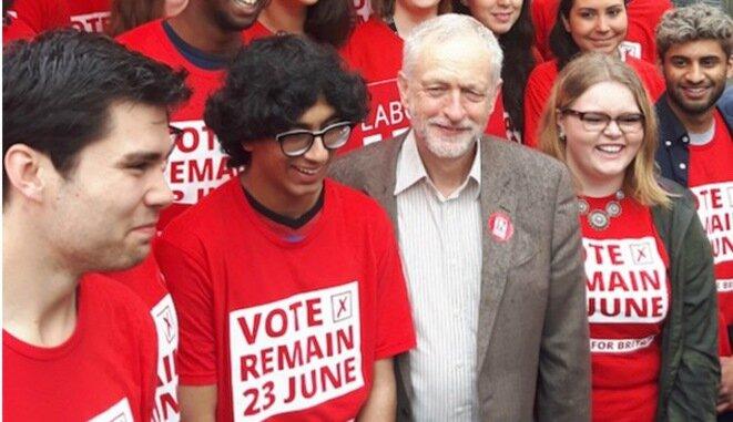 """Jeremy Corbyn, junto a jóvenes trabajadores, durante la campaña """"Remain"""", es decir, a favor de la continuación de Reino Unido en la UE."""