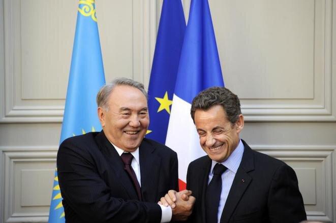 Le président Nicolas Sarkozy et son homologue kazakh Noursoultan Nazarbaïev à l'Élysée le 27 octobre 2010, suite à la signature du premier accord sur la vente des hélicoptères d'Airbus Group. © Reuters