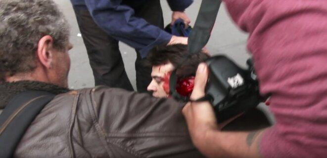 Le blessé, Romain D., journaliste de 28 ans, est admis en soins intensifs © via twitter @GazarLoic