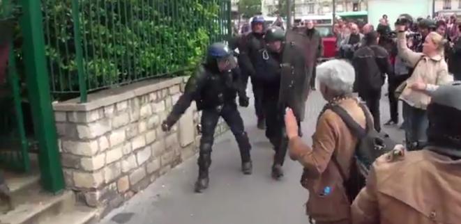 Un gendarme lance une grenade dans la foule lors de la manifestation contre la Loi Travail à Paris, Porte de Vincennes, le 26 mai 2016 © via twitter @GazarLoic