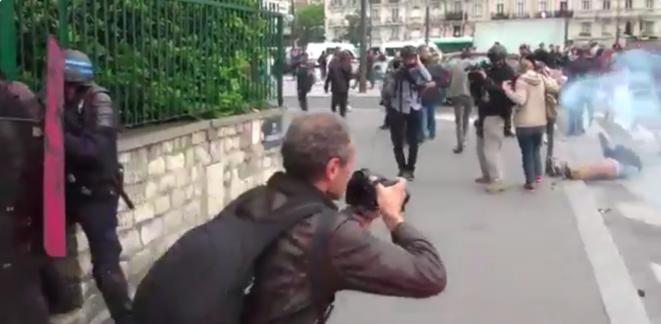 Un journaliste est blessé à la tête suite au jet d'une grenade Porte de Vincennes à Paris le 26 mai 2016 © via twitter @GazarLoic