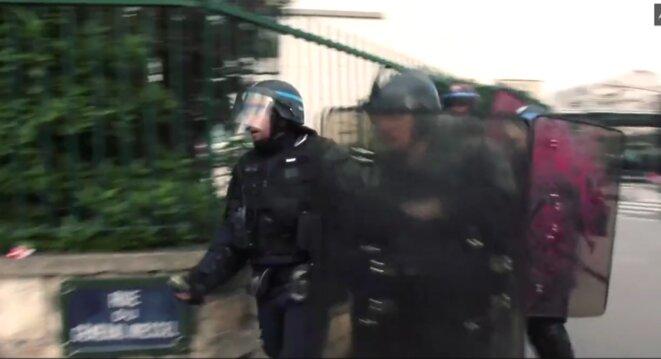 Les policiers rejoignent leurs collègues, en avant le gradé tient déjà la grenade à la main droite. © Capture d'écran de la vidéo réalisée par LDC.