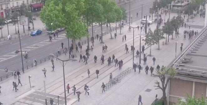 La ligne de policiers qui progresse cours de Vincennes en direction d'un groupe de manifestants © Video Claire Ernzen