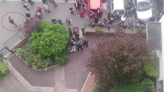 Romain D. s'approche de l'entrée de la cour, où les policiers se sont retranchés © Vidéo Claire Ernzen