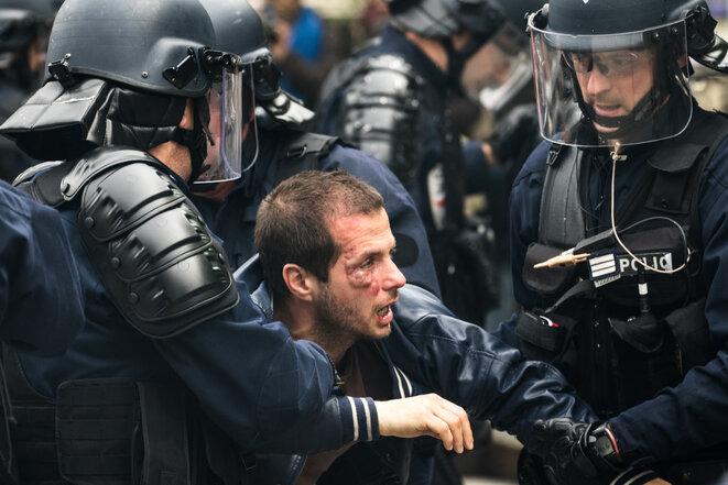 L'éducateur et syndicaliste Guillaume Floris quand les CRS l'évacuent, le 26 mai, à Paris. © Jérôme Chobeaux