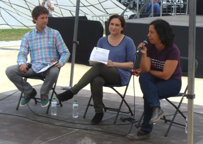 La maire de Barcelone Ada Colau (au centre) et Susana Segovia, membre de l'équipe dirigeante de Barcelona en Comù.