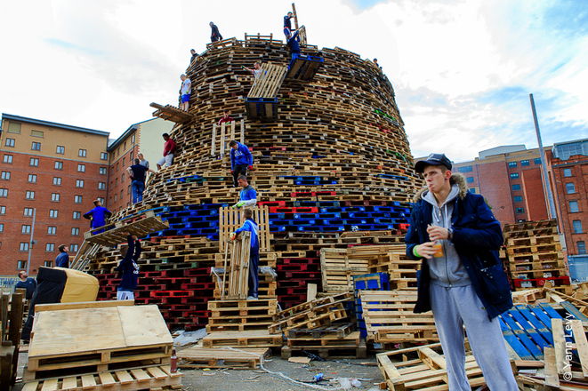Finalisation du Bon Fire de Sandy Row © Yann Levy / Reproduction partielle ou totale strictement interdite