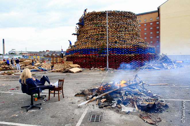 Au pied du Bone Fire de Sandy Row © Yann Levy / Reproduction partielle ou totale strictement interdite
