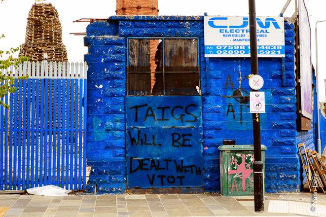 """Dans le quartier """"Le Village"""", une zone pauvre et très radicale, un graffiti promettant la mort aux catholiques s'aventurant dans le quartier. © Yann Levy / Reproduction partielle ou totale strictement interdite"""
