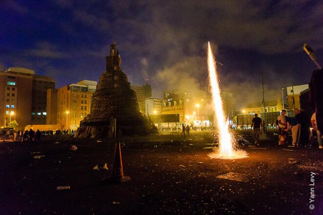 Le bonfire de Sandy Row est enflammé à l'aide de cocktails molotovs et de feu d'artifices © Yann Levy / Reproduction partielle ou totale strictement interdite