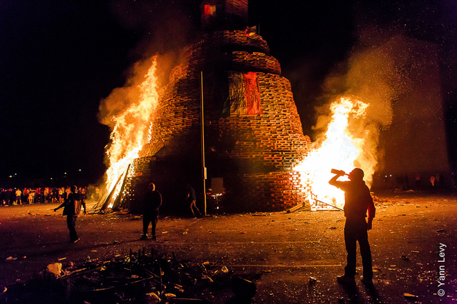 Le bonfire de Sandy Row est en flamme, la fête bat son plein. © Yann Levy / Reproduction partielle ou totale strictement interdite