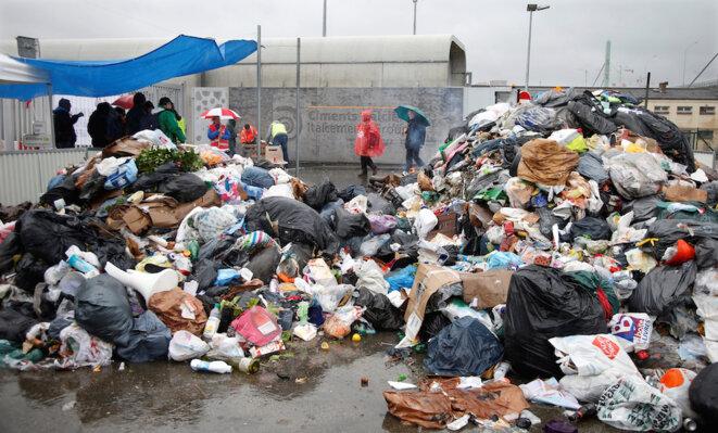 Devant l'usine de traitement des déchats d'Ivry-sur-Seine (Val-de-Marne), mardi 31 mai. © Reuters.