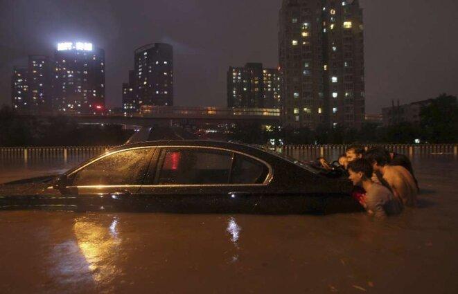 À Pékin, pendant les pluies torrentielles de juillet 2013 © Reuters/Stringer