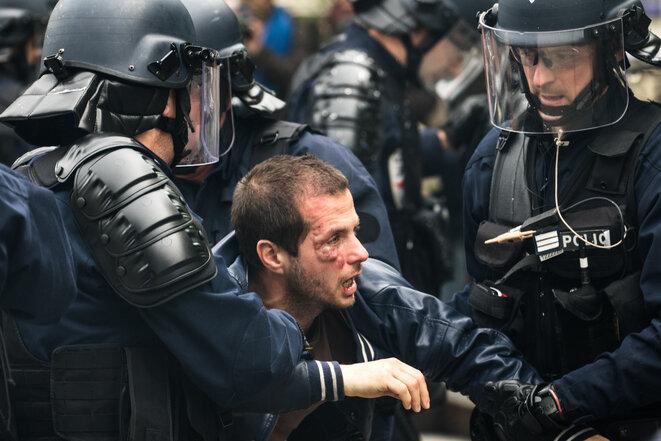 El maestro y sindicalista Guillaume Floris evacuado por los CRS el 26 de mayo en París. © Jérôme Chobeaux
