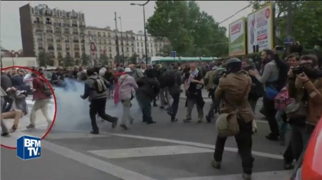 Romain Dussaux s'écroule suite à l'explosion de la grenade DBD95 jetée par un policier (26 mai 2016, Paris) © Capture d'écran d'images de BFMTV