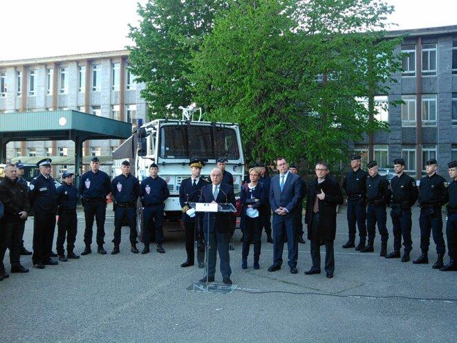Le ministre de l'intérieur passe en revue les forces de police à Rennes le 15 mai © DR
