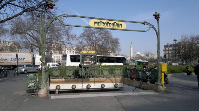 Une entrée de métro place de la Nation © DR