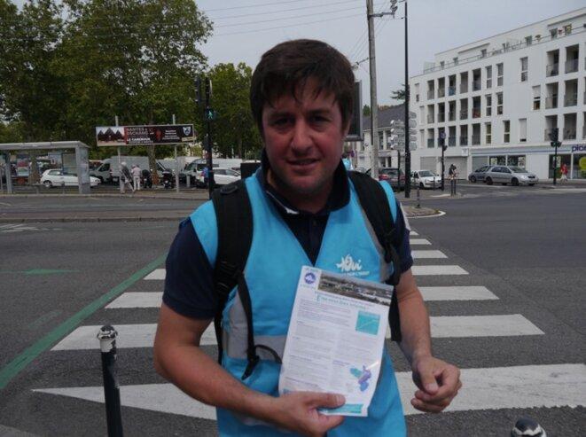 """Militant des Ailes pour l'Ouest, pour le """"oui"""" à l'aéroport, à Nantes, le 9 juin (JL)."""
