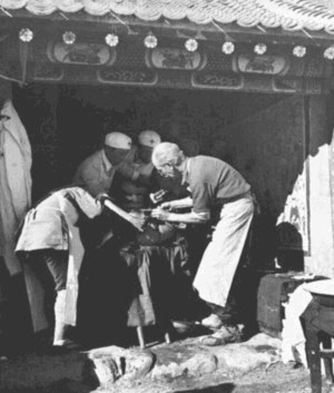 Dr. Béthune pratiquant une opération sur le champ de bataille. Octobre 1939. © Photographe Wu Yinxian.
