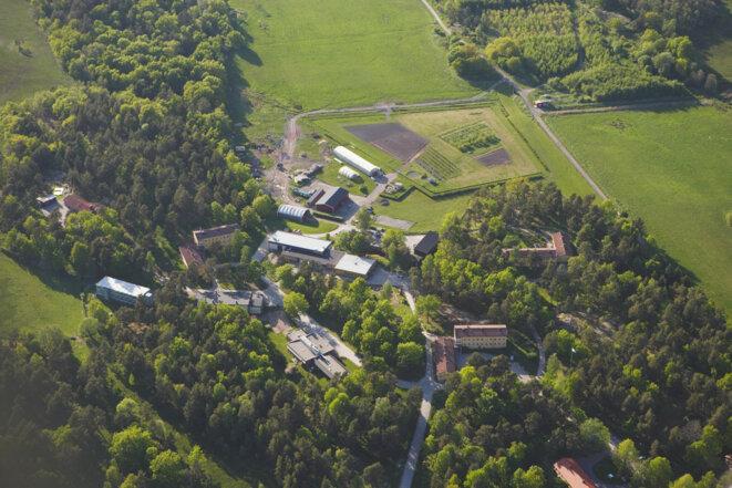 La prison de Skenäs est typique de l'architecture carcérale suédoise. Les détenus évoluent librement entre les différents bâtiments. Comme dans un quart des prisons ouvertes, ils font l'objet d'une surveillance électronique. Ici, pas de barrière : des écriteaux signalent aux détenus la limite à ne pas franchir. © Kriminalvarden