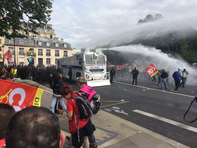 Place des Invalides, un canon à eau fait son entrée © CG