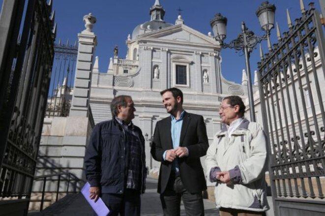Alberto Garzón (IU) et deux membres de Europa Laica devant la Cathédrale de la Almuneda (Madrid). En Espagne, plus d'un million d'élèves sont scolarisés dans des instituts catholiques. © José Camo