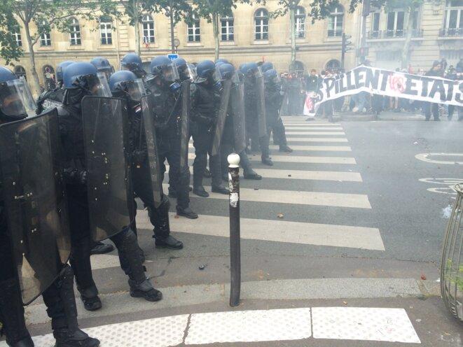 Des gendarmes bloquent l'avancée du cortège © CG