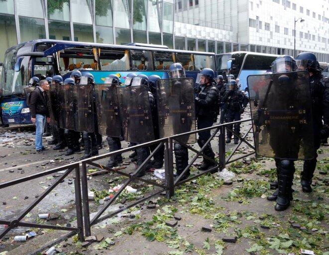 Bus et façade de l'hôpital caillassés, le 14 juin, juste après les principaux affrontements. © Rachida El Azzouzi